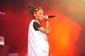 """KT Gorique, une rappeuse d'origine ivoirienne et italienne, basée actuellement à Sion, a enflammé la """"scène du Hall"""" du Baleinev Festival. ©Michel Duvoisin"""