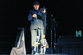 Même si Jordi Bertran tirait les ficelles, Louis Armstrong a conquis le cœur du public, jeudi. Avec son spectacle Anthologie, le marionnettiste espagnol a prouvé aux Nord-Vaudois que c'est grâce à sa finesse et à son jeu avec les émotions qu'il est devenu l'une des stars de l'émission télévisée Le Plus Grand Cabaret du Monde. © Michel Duvoisin
