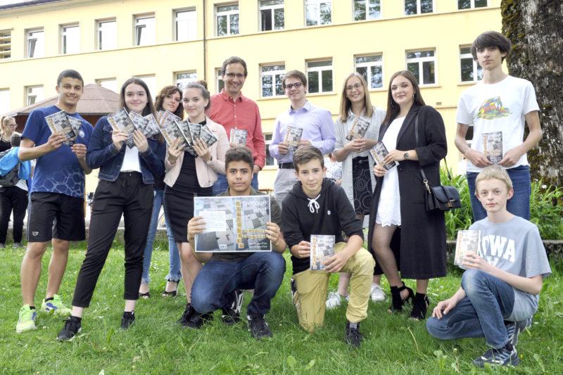 Les élèves des classes de 10 VP1 et 11 VP1 de Sainte-Croix, avec leur professeur de français Benoît Rossel (en rouge), fiers de présenter au public le recueil Presque vingt, le fruit de onze mois de travail.