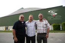 Le nouvel entraîneur du HCY, Santino Pellegrino entouré du directeur technique Bernard Stalder (à g.) et du président André Bonzon.