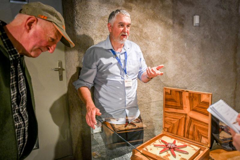 Le Talisman de Poséidon est l'une des premières pièces d'Alain Valette mêlant coutellerie et mécanique. En appuyant sur un bouton, les bras de l'étoile de mer se détachent du cœur, libérant ainsi sept lames.Photos: Carole Alkabes