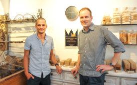 Grégory Wyss (à g.) et Séverin Gerber ont déjà accroché leur prix sur le mur de la boulangerie yverdonnois. © Carole Alkabes