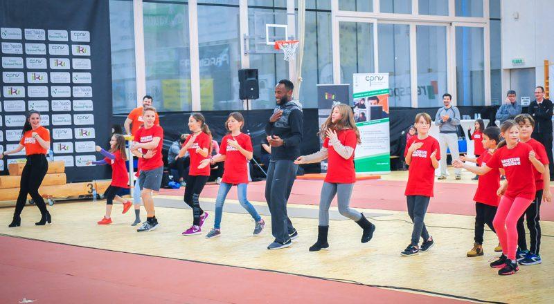 Le showman Abdoulaye Diarra s'est joint aux jeunes danseurs pour une chorégraphie presque improvisée.
