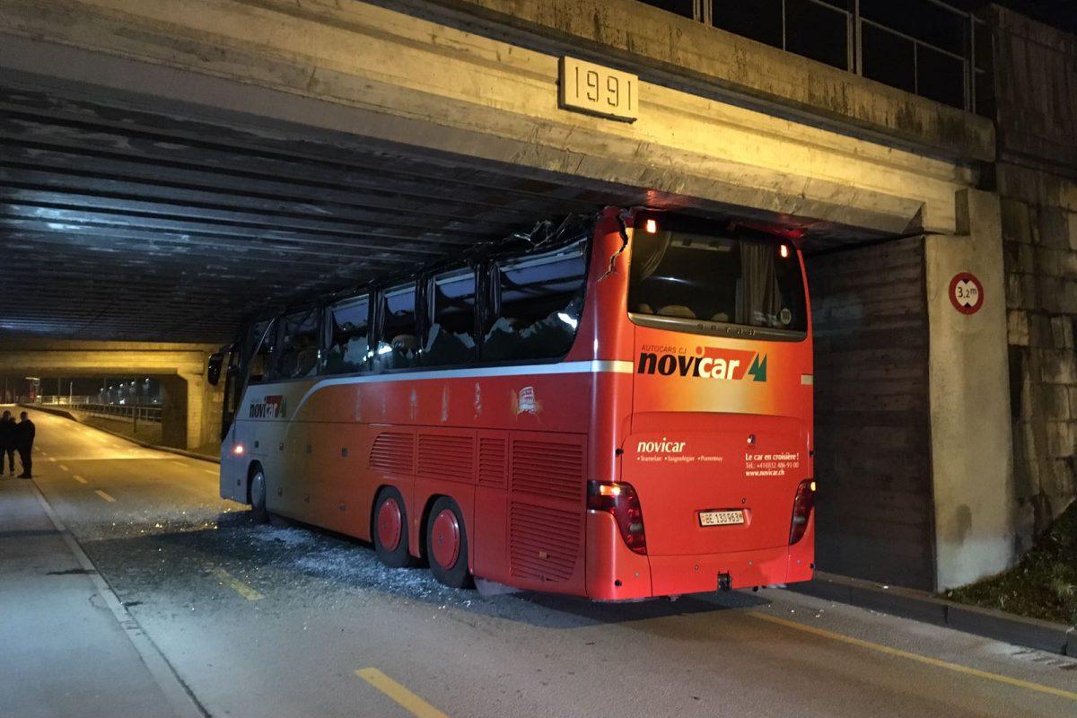 Le car du HC Moutier coincé sous un pont