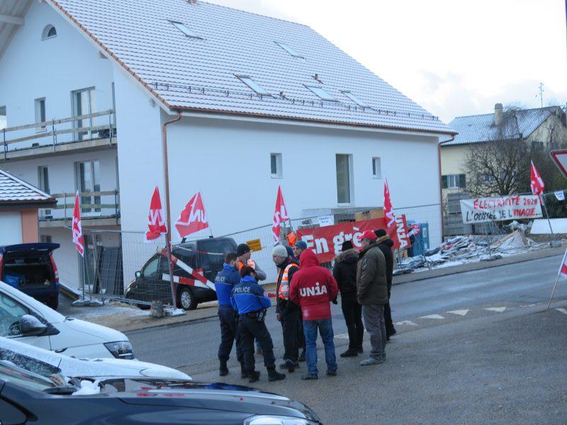 Ouvriers et syndicalistes ont manifesté hier matin devant un immeuble en construction à Treycovagnes.