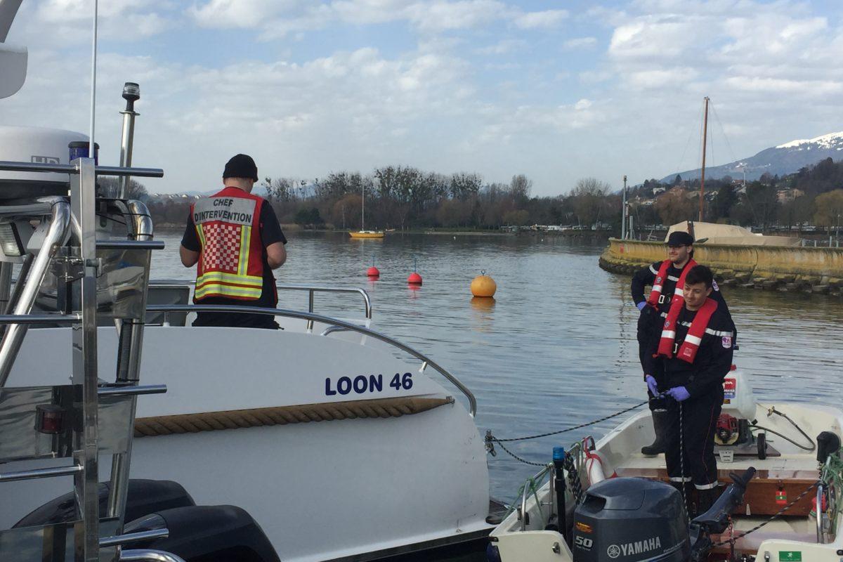 Un bateau pollue les eaux portuaires