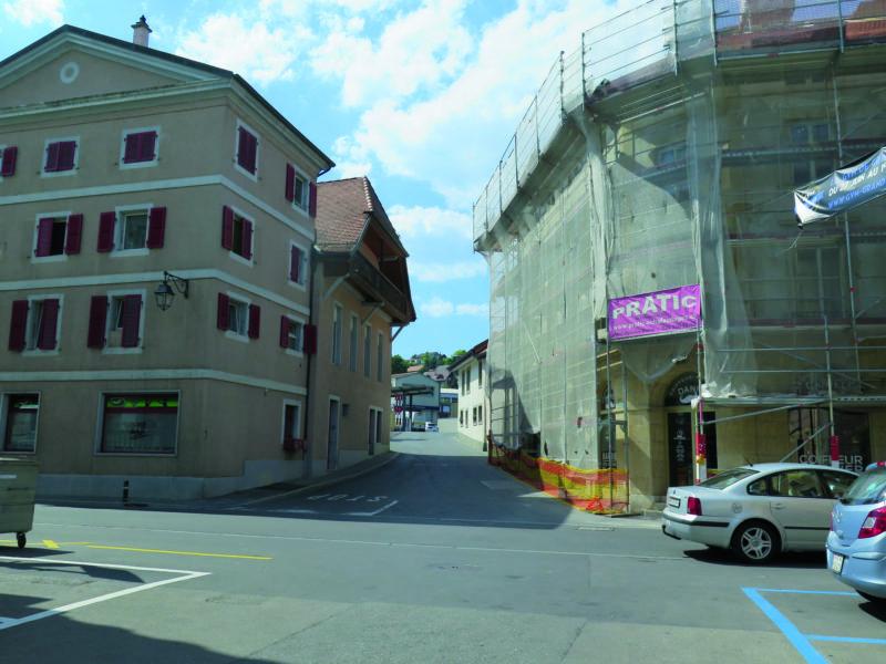 Le bâtiment situé sur la gauche, au carrefour du Grandsonnet et de la rue Basse, sera démoli pour permettre l'aménagement de l'accès au futur quartier d'habitation du Grandsonnet, dont le haut est déjà réalisé.