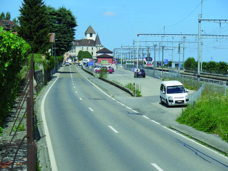 L'accès au parking s'opérera à la hauteur du véhicule blanc. Deux îlots seront construits sur la route cantonale pour sécuriser l'accès au P+R.
