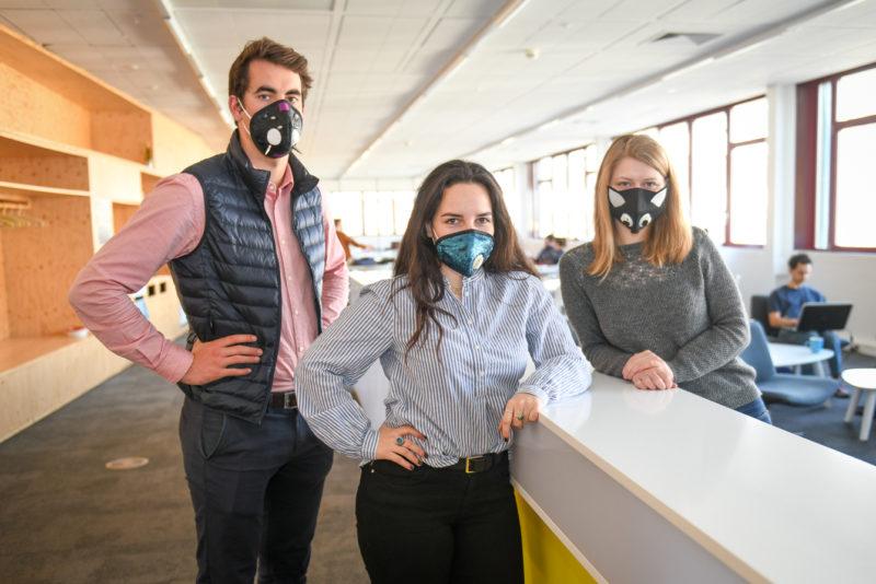 Quentin Rüeger, Carmen Grange et Gaëlle Rey-Bellet ont imaginé des masques antipollution au design étudié, pour le marché chinois. Quentin Schmidlin (absent sur la photo), complète le groupe de jeunes entrepreneurs.