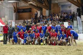 Les anciennes gloires de la Suisse et les actuelles du FC Vallée de Joux ont posé ensemble sur le sable du Sentier. © Stanley Schmid