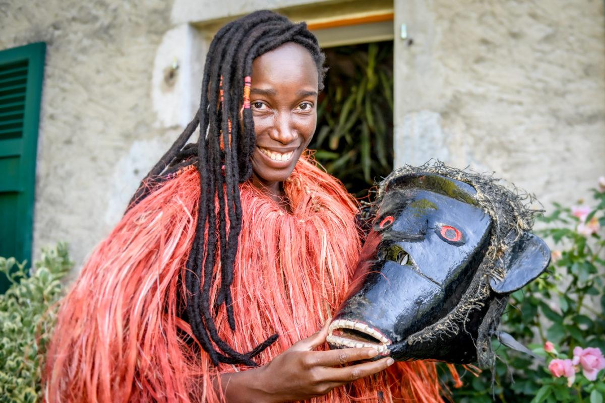 Les masques africains prêts pour la parade
