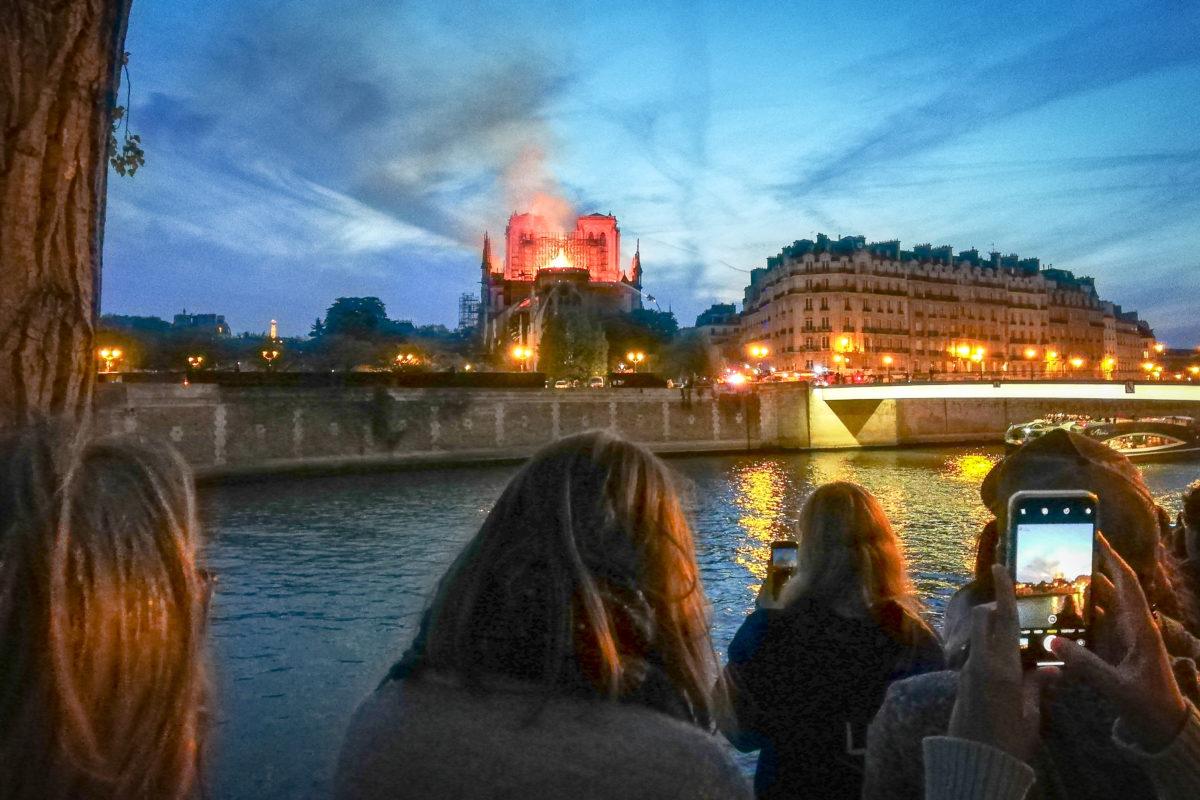 Sous les flammes de Notre-Dame, des chants et des larmes