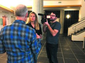 Le père de Marine, interviewé par des journalistes de la chaîne M6, durant le procès. © Raposo