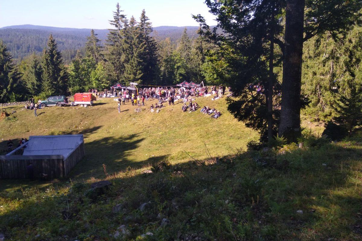 Une rave party réunit près de 2000 fêtards au milieu des vaches à Vallorbe