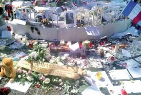 Trois jours après l'attaque, l'effroi et la tristesse a fait place au recueillement et aux témoignages de sympathie. @Reda Belouati