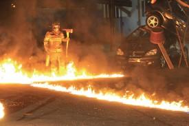 Un pompier traverse les flammes pour sauver la vierge enlevée par un démon. @Michel Duperrex