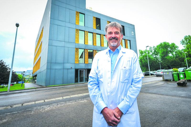 Pierre Hösli n'est plus le seul oncologue de l'Hôpital d'Yverdon-les-Bains. Son service vient de s'étoffer avec l'arrivée de  deux médecins en vue du déménagement dans le bâtiment du Lierre qui, à terme, devrait être consacré à 100% aux soins ambulatoires. Les bureaux de la direction quitteront le premier étage.