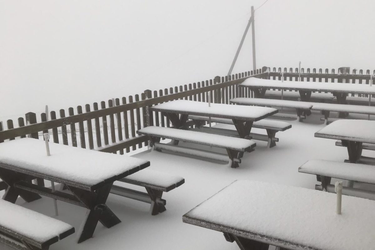 Cinq à dix centimètres de neige sur la terrasse du Suchet!
